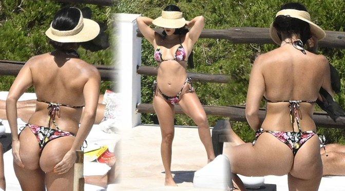 Kourtney Kardashian – Sexy Ass in a Bikini in Sardinia