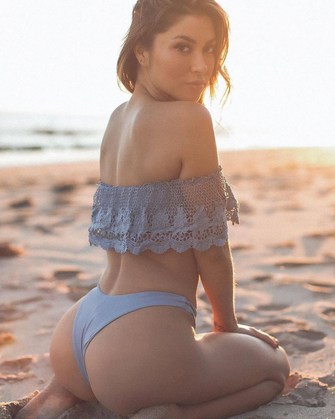 Arianny Celeste Sexy Ass On Beach