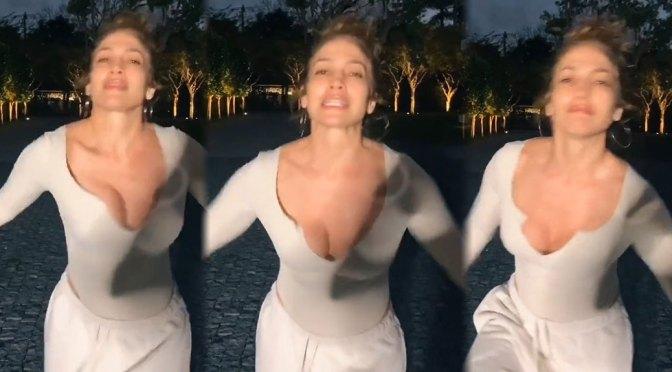 Jennifer Lopez – Sexy Braless Shaking Boobs Video