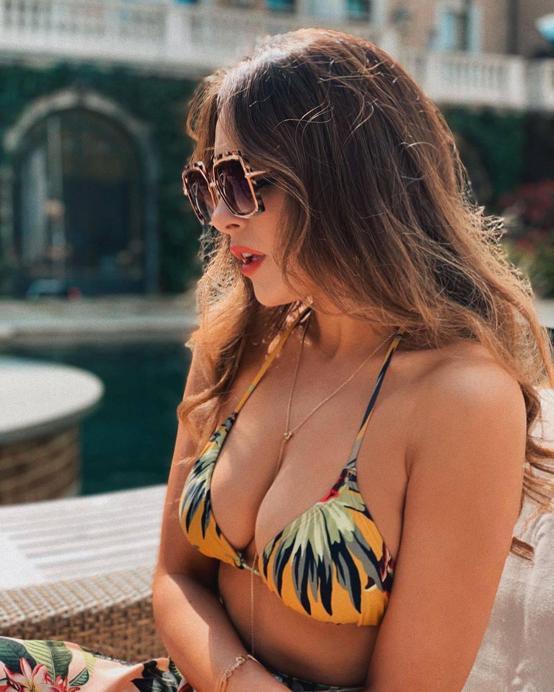 Elizabeth Gilles Sexy Big Breasts In Bikini