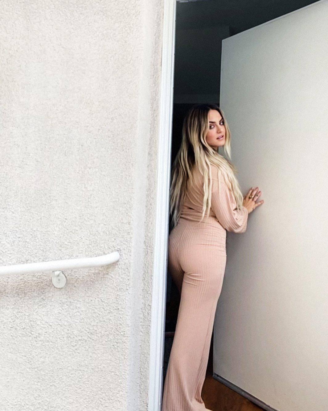 Jojo Sexy Ass In Tight Pants