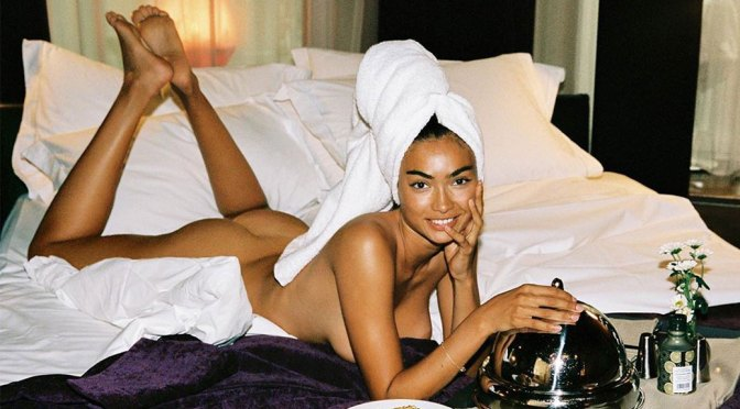 Kelly Gale – Sexy Ass and Boobs in Naked Photoshoot