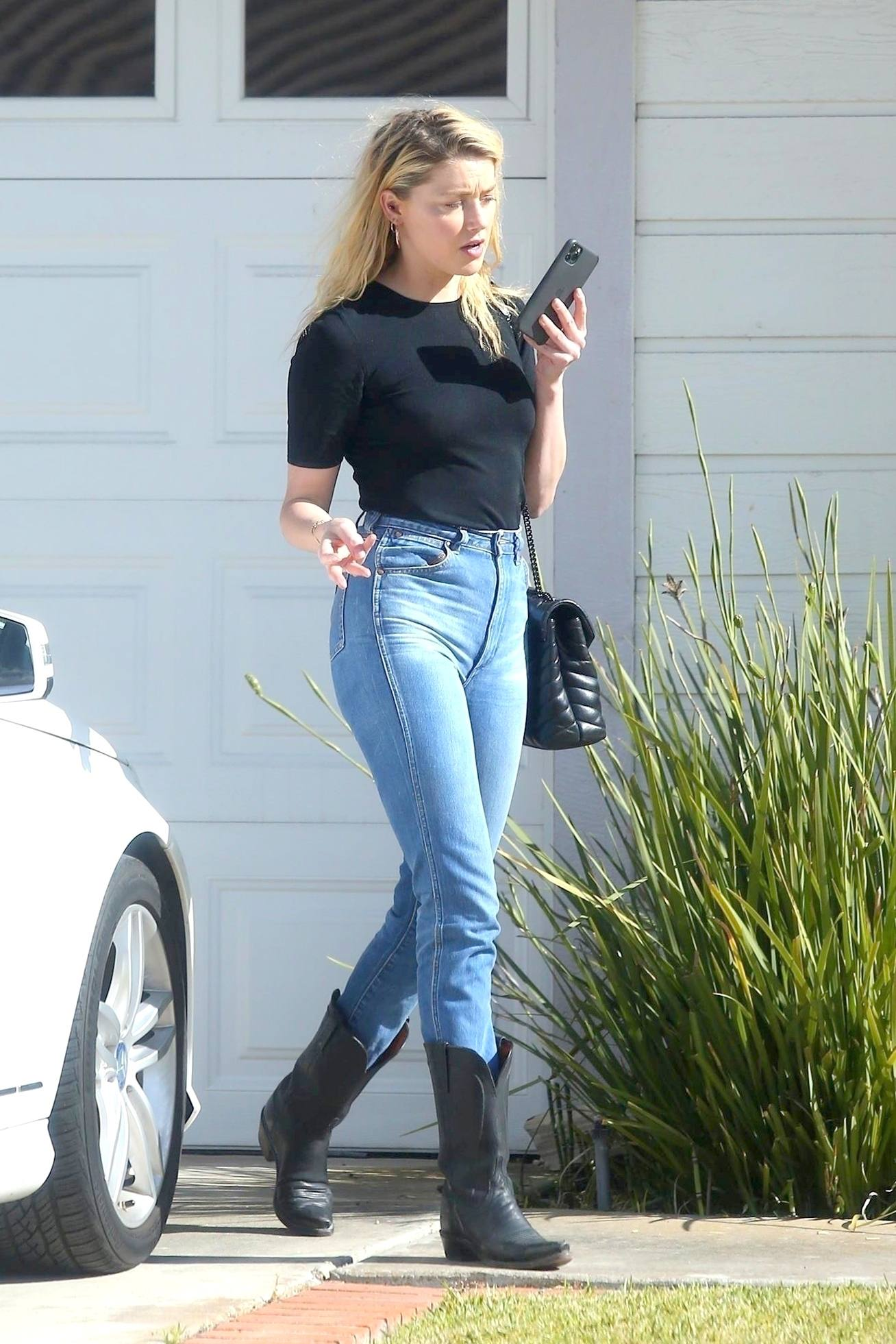 Amber Heard Sexy In Jeans