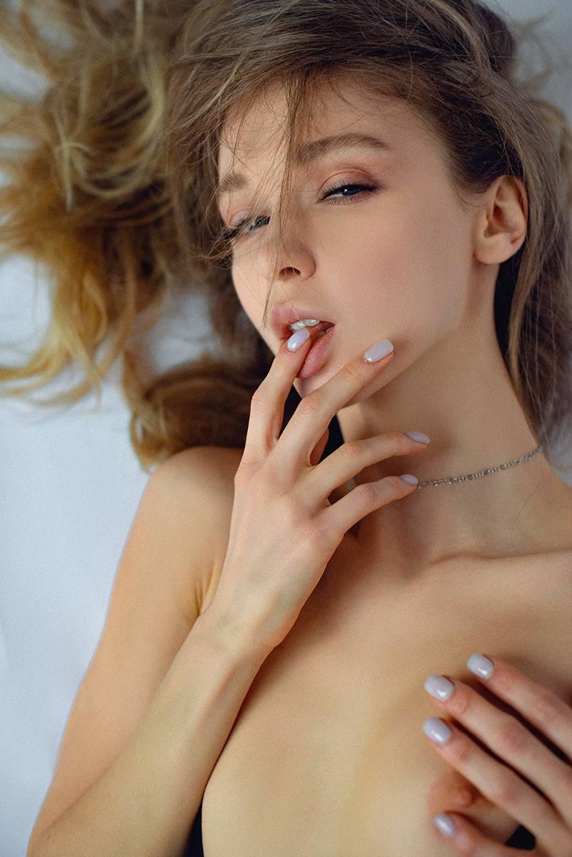 Anna Tsaralunga Topless Pics