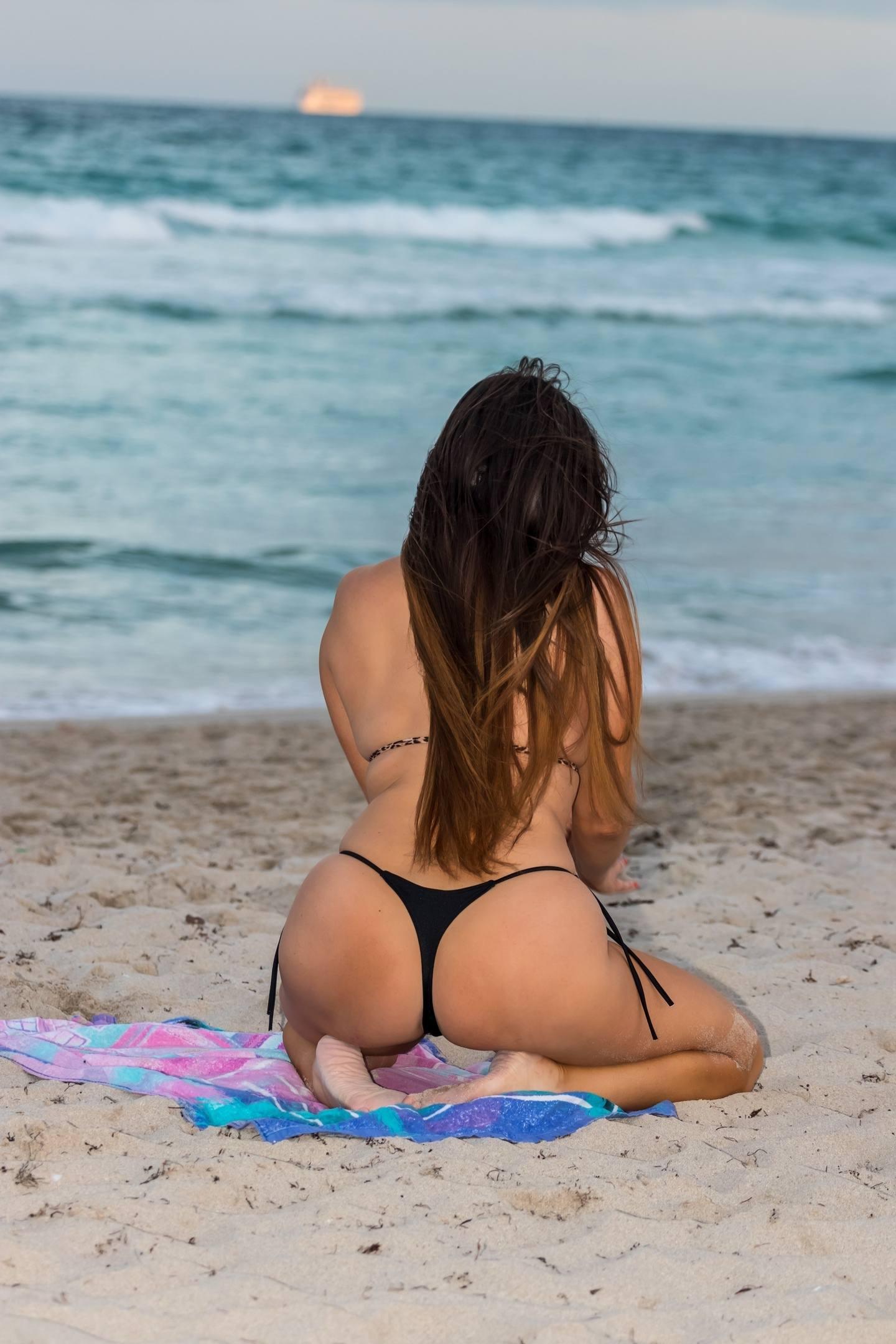 Claudia Romani Sexy On Beach