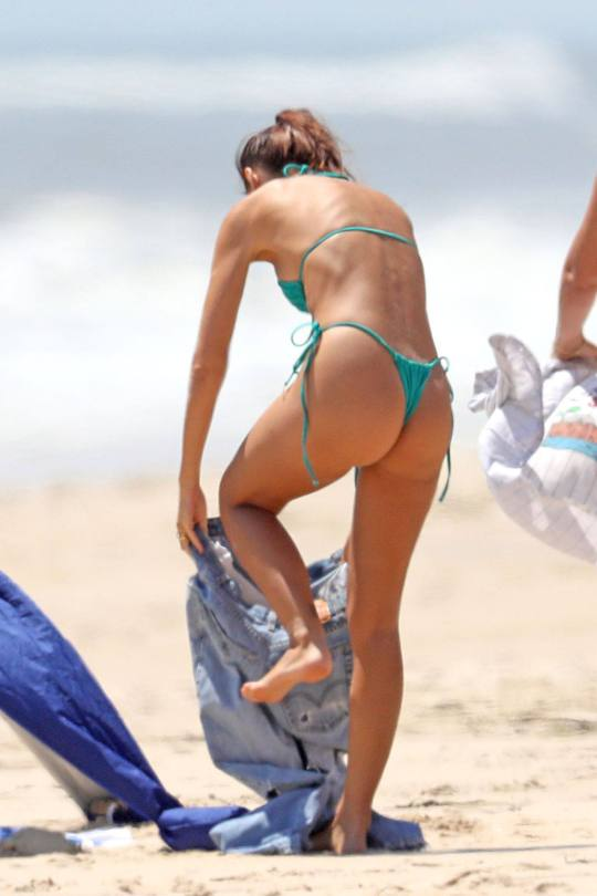 Emily Ratajkowski Beautiful In Bikini