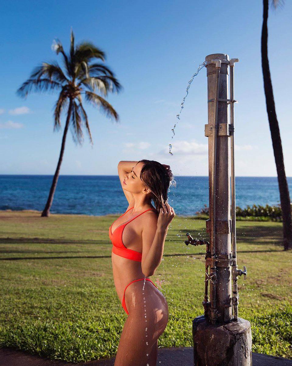 Sara Underwood Hot In Bikini