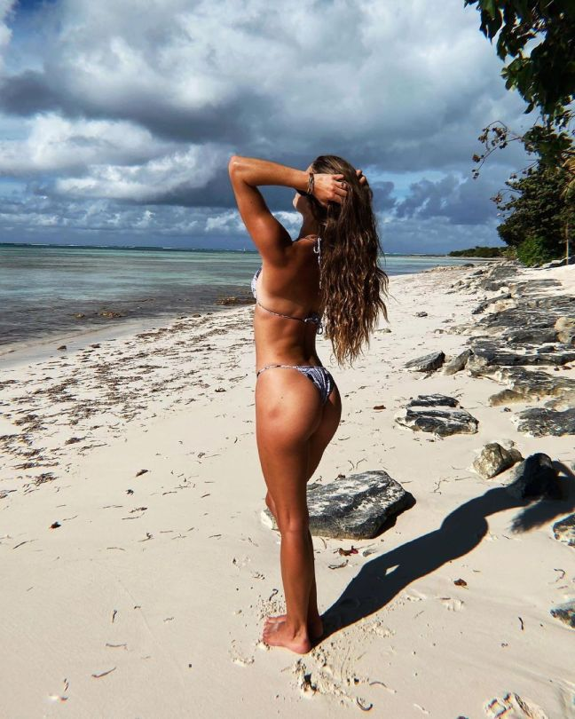 Nina Agdal Sexy Ass On Beach