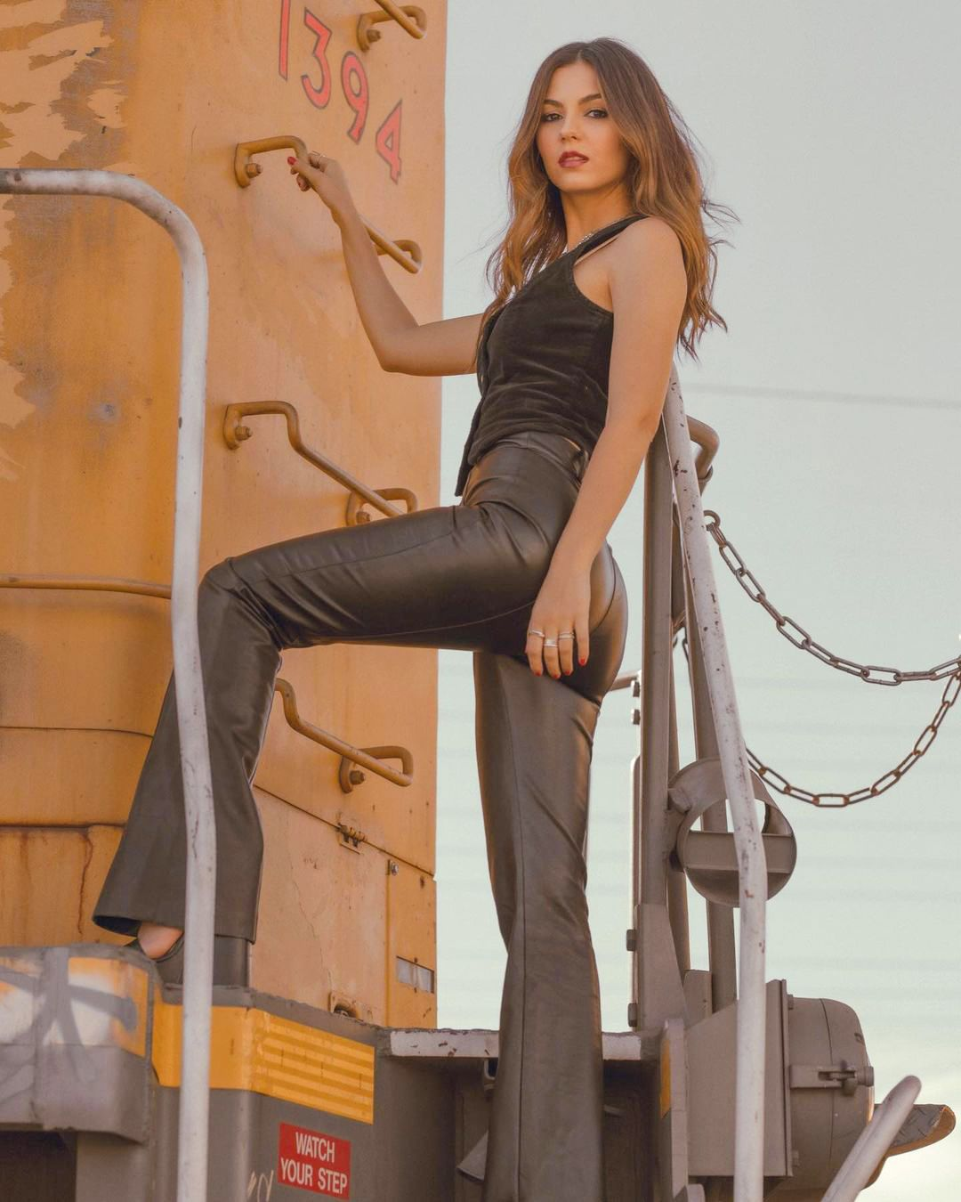 Victoria Justice Sexy Ass In Tight Pants