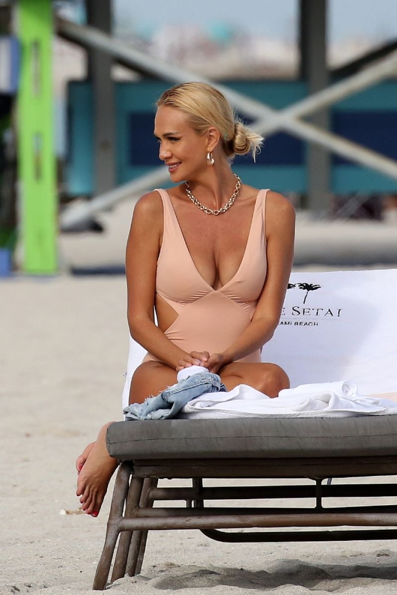 Victoria Lopyreva Sexy In Swimsuit