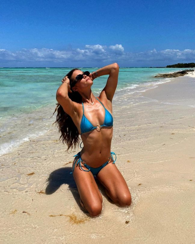 Nina Agdal Sexy In Tiny Bikini