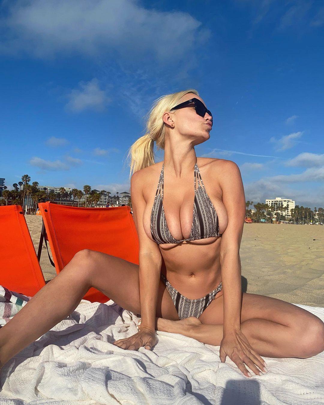 Lindsey Peals Sexy Boobs In Bikini