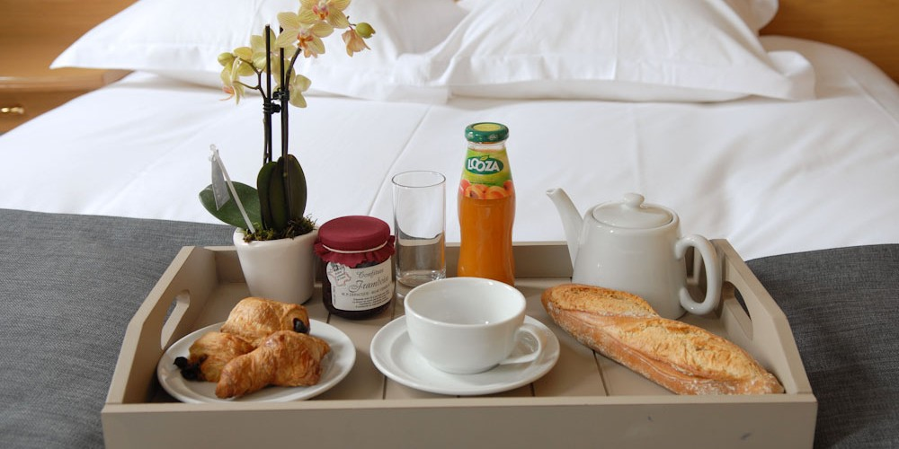 plateau petit dejeuner au lit