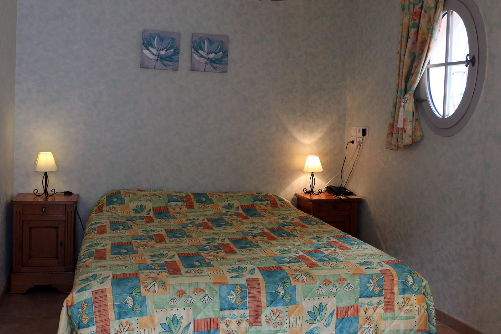 Lits relaxation Chambre à mobilité réduite –  Maisonnette du Puits – Hôtel du Nord – Restaurant le Saint Georges