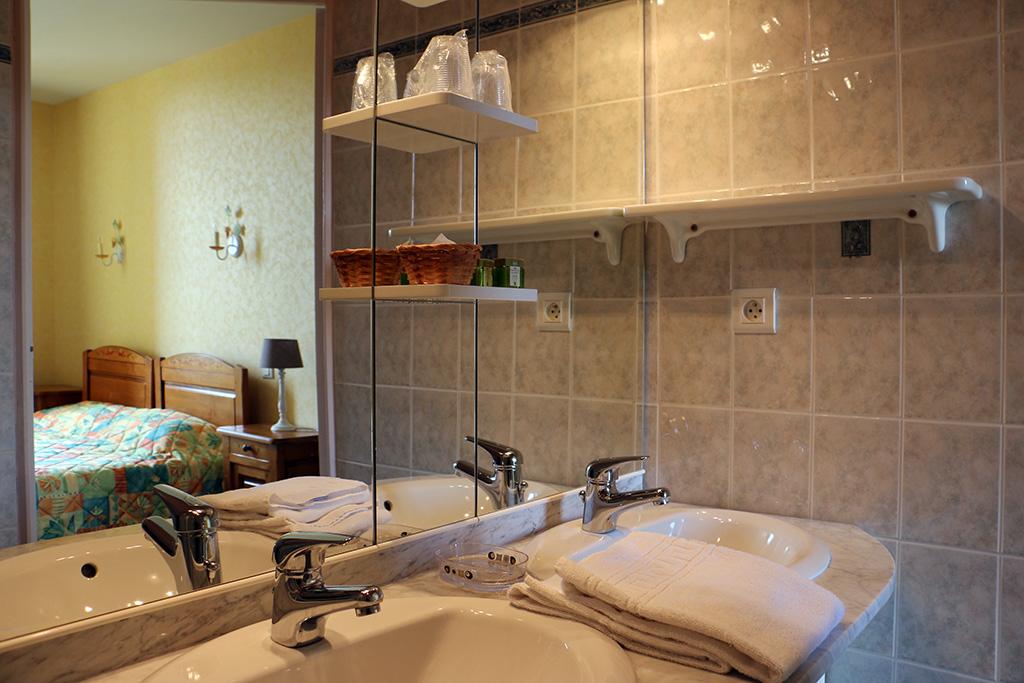 chambre double hôtel du Nord à Quarré les Tombes dans le Morvan