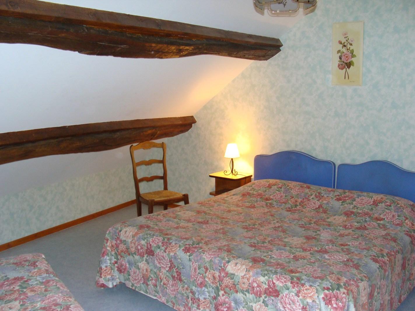 Chambre Lits relaxation Chambre à mobilité réduite –  Maisonnette du Puits – Hôtel du Nord – Restaurant le Saint Georges