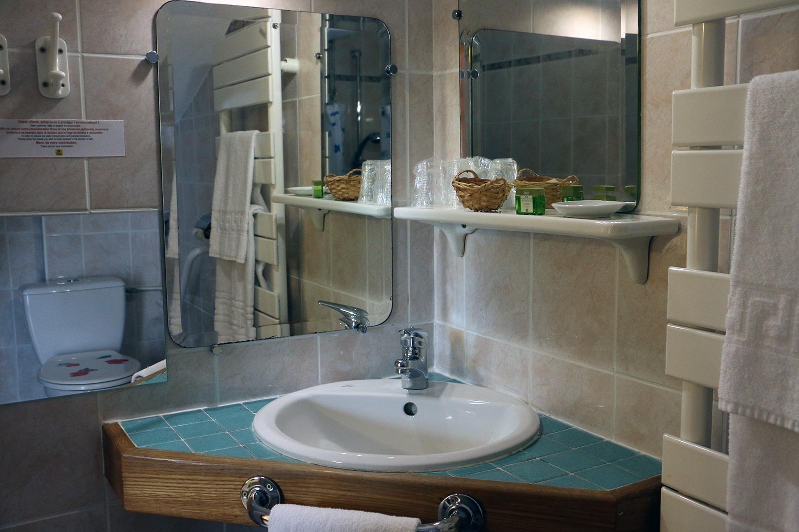 salle d'eau adaptée  Chambre à mobilité réduite –  Maisonnette du Puits – Hôtel du Nord – Restaurant le Saint Georges