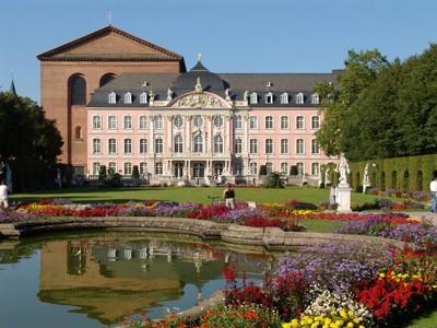 mit Blumen umsäumter Teich im Garten des Kurfürstliches Palais in Trier