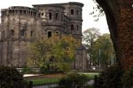 Die Sehenswürdigkeit Porta Nigra, das schwarze Tor, in Trier