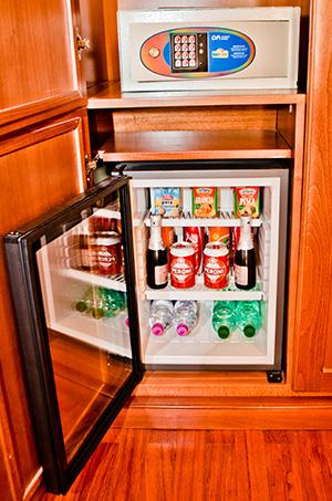cassaforte e frigobar junior suite