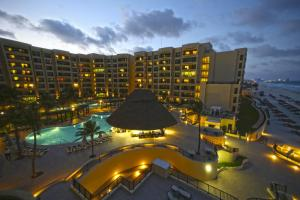 The-Royal-Sands-Cancun-nocturno