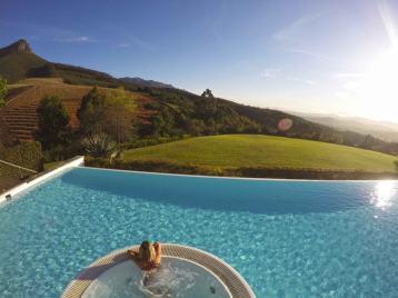 fim de tarde na jacuzzi da piscina do hotel