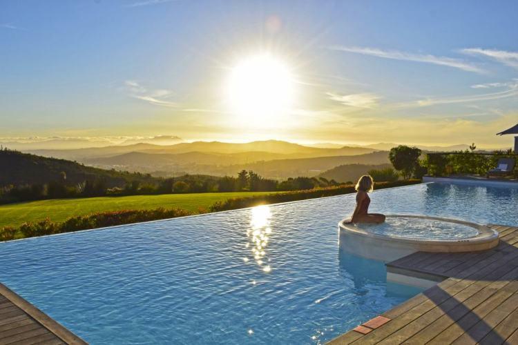 por do sol na piscina principal do hotel