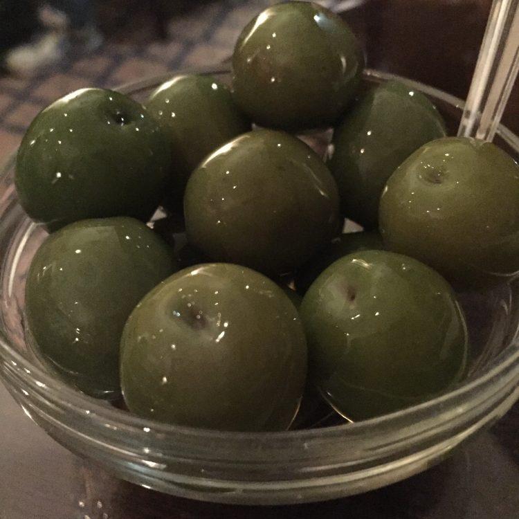 Azeitonas servidas com os martinis no Dukes Bar