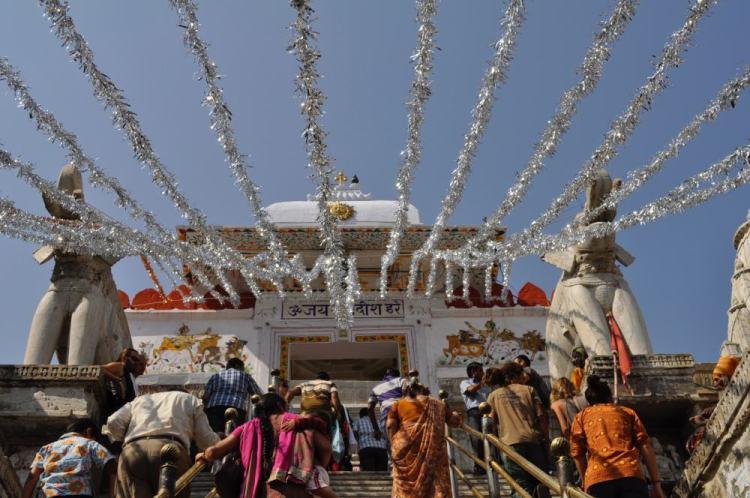 Escadaria com o templo Jagdish no alto
