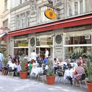 delicatessen com mesas na rua