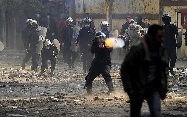 La policía reprime una manifestación en El Cairo. Foto: Khalil Hamra (AP)