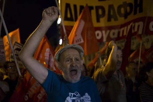 Ciudadanos griegos celebran la victoria del NO en el referéndum. Foto: Gabriel Pecot