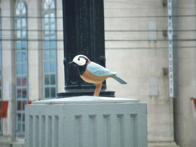 坂標の上には市の鳥であるヤマガラの飾り