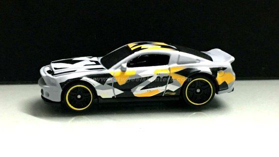 Hot-Wheels-10-Ford-Shelby-GT500-Super-Snake-Camouflage-003