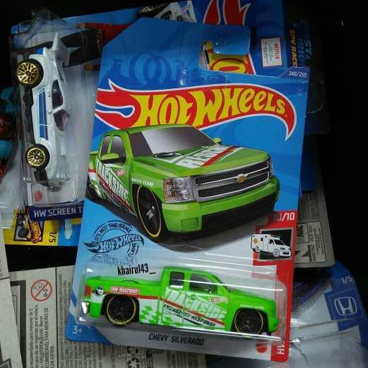 Hot-Wheels-Treasure-Hunt-2020-Chevy-Silverado-002