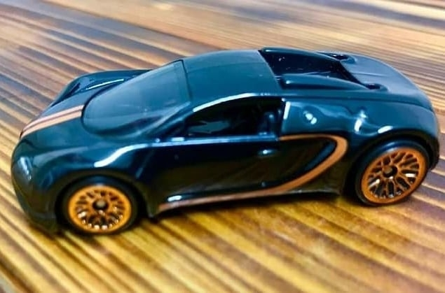 Hot-Wheels-Mainline-2021-Bugatti-Veyron-001