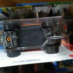 Hot-Wheels-2021-Orange-Ford-Bronco-006