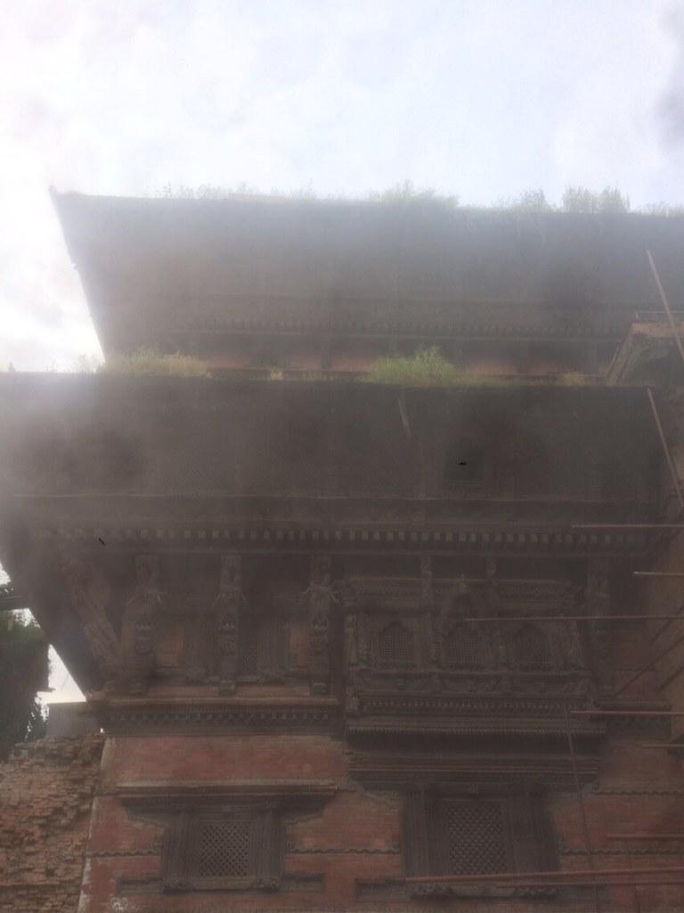 vom Erdbeben 2015 gezeichnete Tempelanlage am Durbar Square