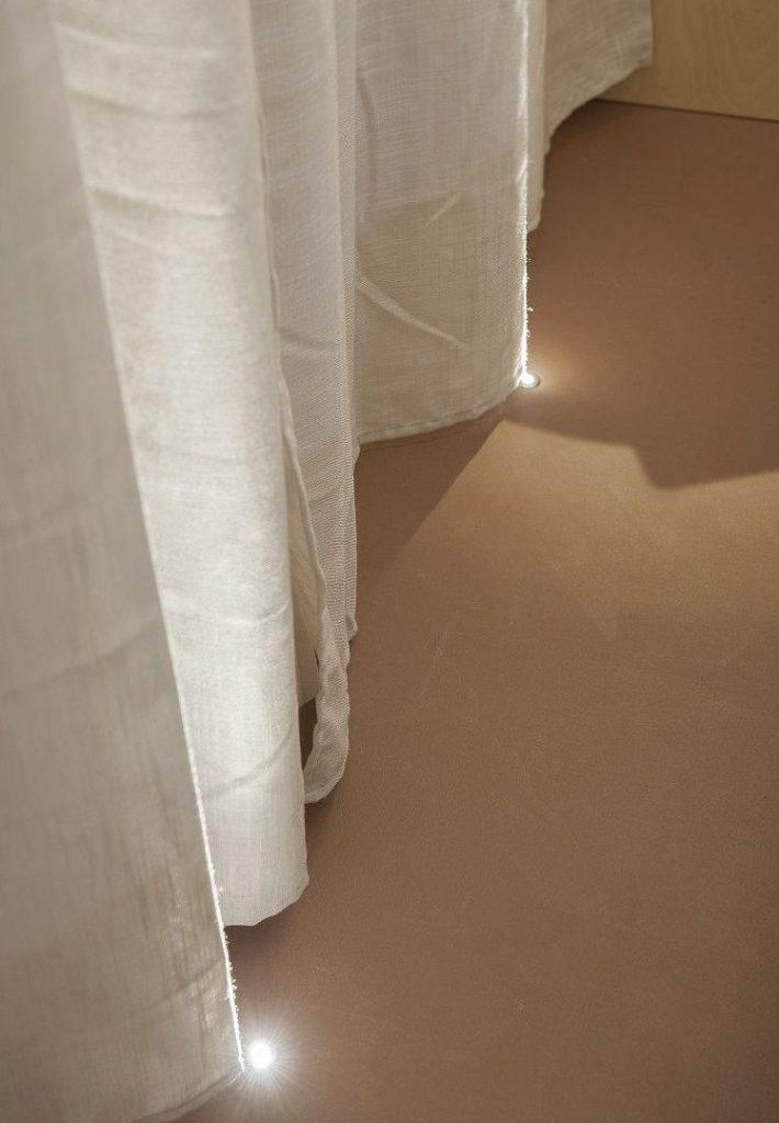 Faretti ad incasso a pavimento, per creare atmosfera nella camera da letto.