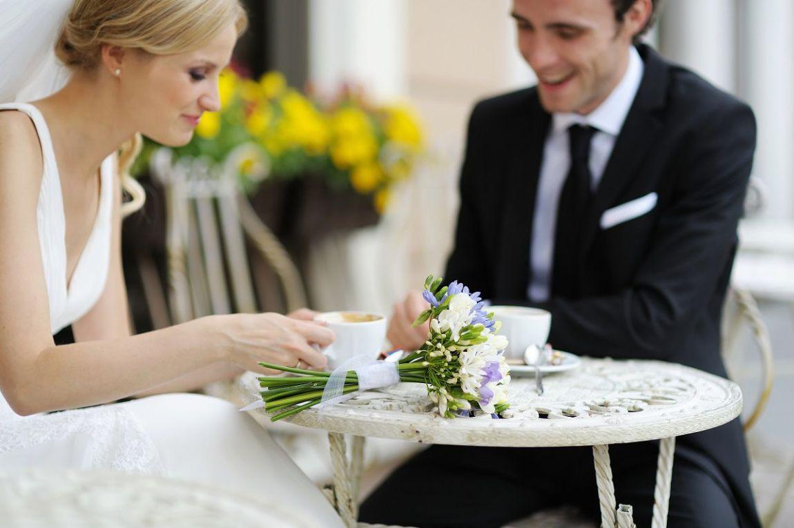 coppia sposi con fiori matrimonio