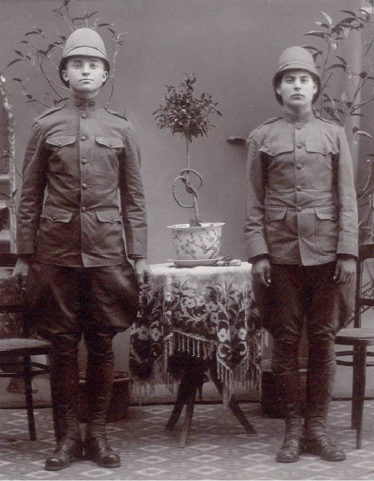 Two U.S. Army soldiers circa the Spanish-American War in khaki uniforms