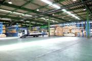工場内の荷積みスペース