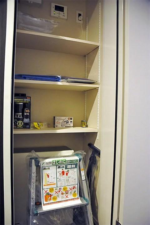 防災備蓄倉庫には、脚立や空気入れなど日常生活でも役立つ備品が揃う