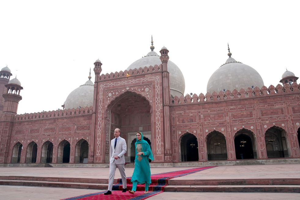 mosque visit, royal cuople, duke and duchess, cambridge