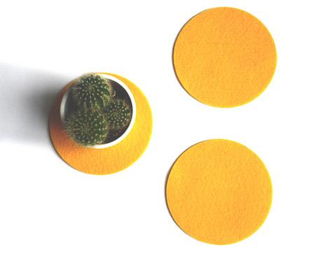 ronde warm gele onderzetters van vilt staan supervrolijk op tafel