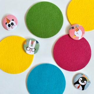 confetti op tafel, deze Mix & Match ronde onderzetters. Met de buttons van Urf & Ogel een feestje om te zien.