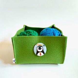 Button Pinguin van Studio Urf & Ogel op vrolijke vilten mand M.