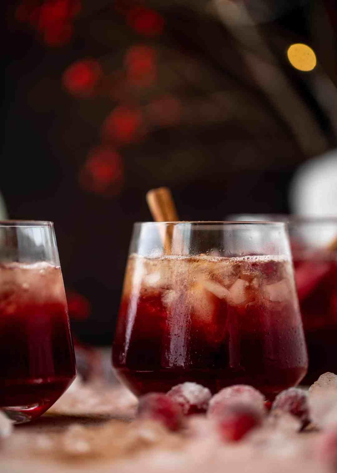 ¡Este zapatero de arándano es perfecto para la temporada navideña! Bourbon, jarabe de canela simple y jugo de arándano: es especiado, cálido y maravilloso.