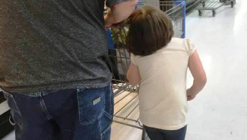 Fotografano una bimba al supermercato col suo papà e denunciano tutto sui social