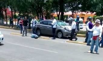 Invade el carril del Mexibús y atropella a dos
